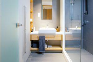 V koupelně se opakuje dřevo a šedé barevné ladění. Funkčnost, preciznost a detail dovedený k dokonalosti.FOTO IVETA KOPICOVÁ