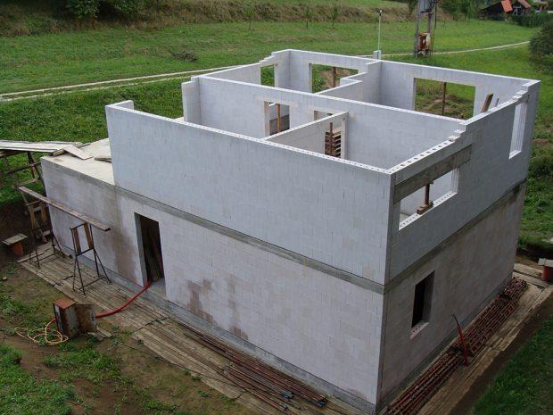 Vápenopískové cihly se vyznačují vysokou pevností. Proto se vsoučasnosti využívají při stavbě pasivních domů. Štíhlá nosná konstrukce se může doplnit jakkoli silnou tepelnou izolací.