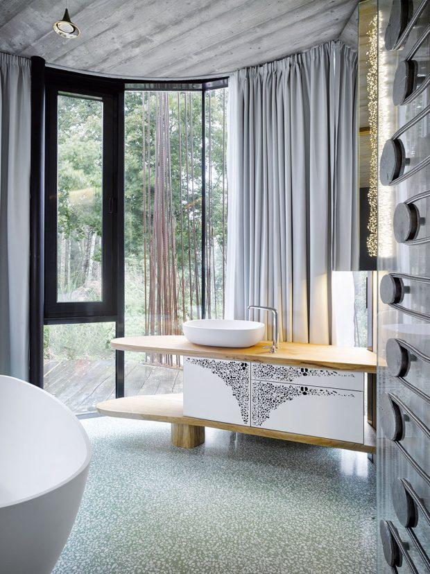 Ivkoupelně platí co kus, to originál. Koupelnový nábytek je vyrobený podle návrhu Daniely Polubědovové na míru. Skleněnou stěnu zjemňuje azároveň náležitý pocit intimity zajištuje závěs. FOTO FILIP ŠLAPAL