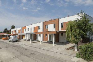 Řadové domy postavené z pórobetonu Ytong jsou součástí projektu Zelený grunt, který vyrůstá v Hlohovci. Už nyní se staví podle těch nejpřísnějších teplotechnických norem, které budou platit po roce 2020. Budoucí majitelé díky tomu ušetří nejen na topení, ale i na chlazení – celkově budou náklady za provoz domu nižší až o 85 % oproti výstavbě před rokem 2010. www.ytong.cz