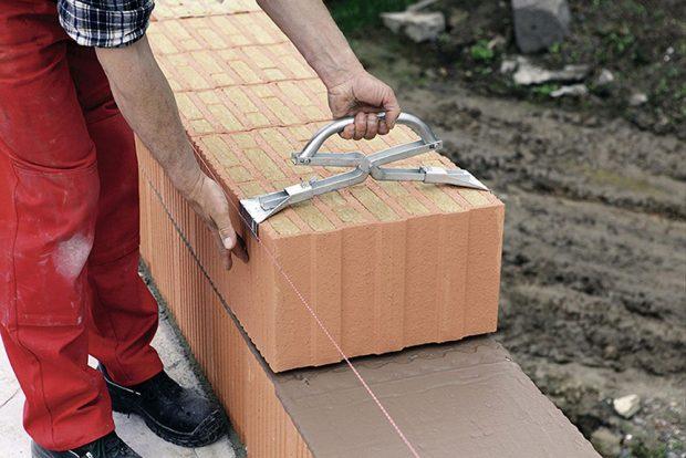 Keramické tvarovky jsou větší než cihly, zdí se snimi tedy rychleji. Jsou však velmi křehké ahodně se jich na stavbě rozbije.