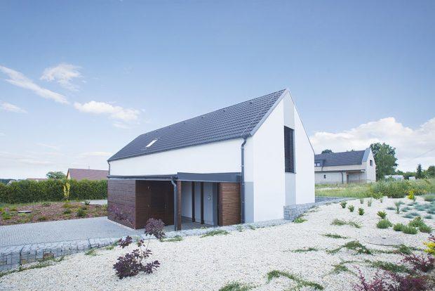 Rodinný dům vpasivním standardu postavili zvápenopískových cihel vChelčicích. Na obvodové zdivo stloušťkou 24 cm byly použity tvarovky KMB Sendwix 8DF – LD, zateplené fasádním grafitovým polystyrenem stloušťkou 35 cm. Předpokládané roční náklady na vytápění jsou ve výši 7 000 Kč, náklady na všechny energie na provoz domu by měly být 15 750 Kč za rok. www.kmbeta.cz