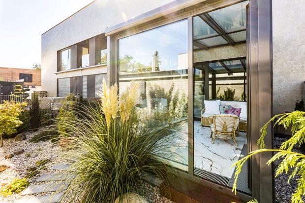 Velkým bonusem bytu je zimní zahrada, do které se vstupuje z jídelní zóny a také z ložnice. Ta pak přechází ve venkovní terasu a krásně propojuje bělostný interiér se zeleným světem za sklem. FOTO FH STUDIO