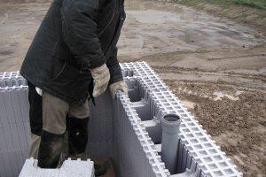 Tvárnice ztvrzeného polystyrenu jsou velmi vhodné na stavbu svépomocí. Lehké díly se skladují jako stavebnice azalijí se betonem.