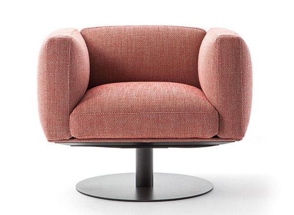 Křeslo Cube (Cassina), design Piero Lissoni, 82 x 78 x 71 cm, kovová kruhová podnož, látkový potah, cena 80 707 Kč, www.konsepti.com