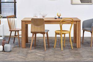 Křeslo Split, design Arik Levy, kdostání ive variantě lounge, nohy zručně ohýbaného dřeva, 47 x 49 x 78 cm, cena od 17 050 Kč, www.ton.eu