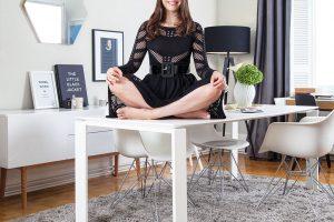 Corrina vnímala zařizování bytu jako zábavu ahru. Její úsilí je korunováno úspěchem vpodobě příjemně útulného bydlení. Proč by si tedy neužila svůj triumf? FOTO WESTWING