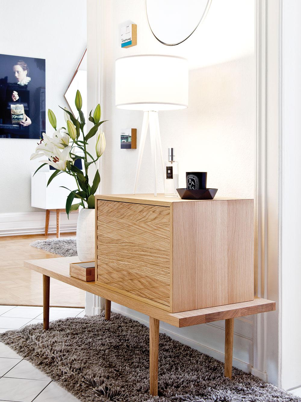 VCorrinině bytě se projevuje její smysl pro detail avyváženost. Je poznat, že všechny zařizovací předměty včetně zajímavé komody pečlivě vybírala. FOTO WESTWING