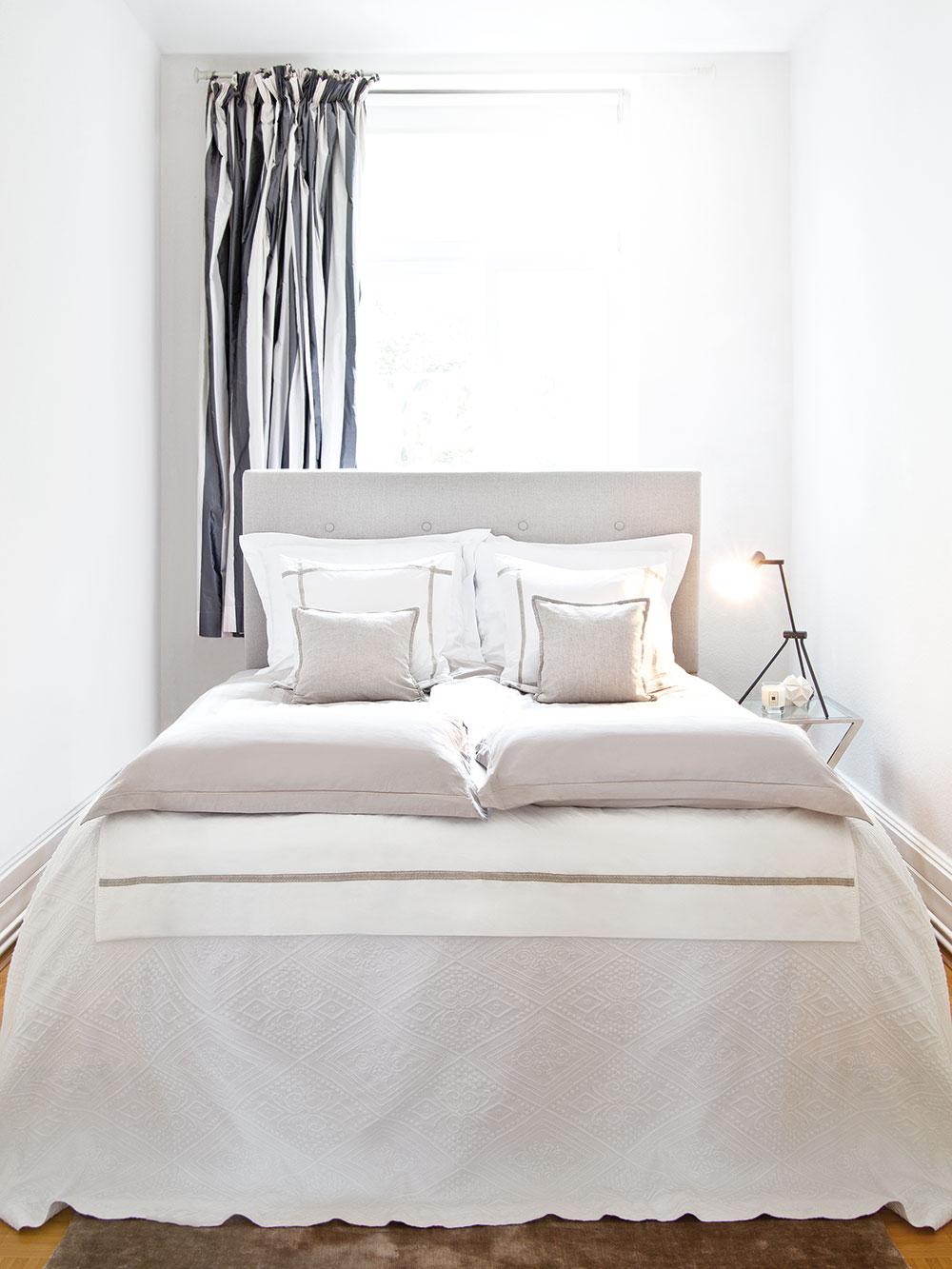 Ložnici připadla nejmenší místnost v bytě. Bílá a krémová zde byly díky malinkému prostoru jedinou variantou. FOTO WESTWING