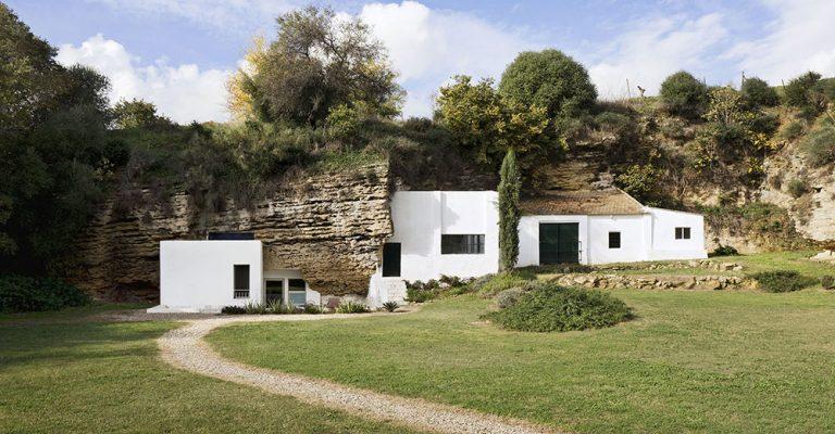 Návrat do jeskyně: Španělští architekti vytvořili dům ve skále
