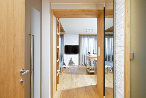 Zchodby se vstupuje do hlavního pokoje a do koupelny. Zařízení je stejně praktické, jako zbytek bytu.FOTO IVETA KOPICOVÁ