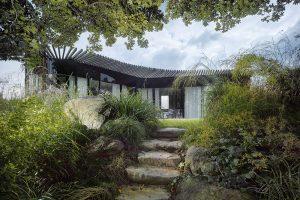 Zahrada díky své výsadbě připomíná japonskou zahradu. Zastoupeny jsou trávy, bambus, popínavé rostliny akámen. FOTO FILIP ŠLAPAL
