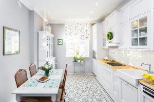 Romanticky laděný interiér srustikálními prvky byl pro oba manžele jasnou volbou. FOTO FH STUDIO
