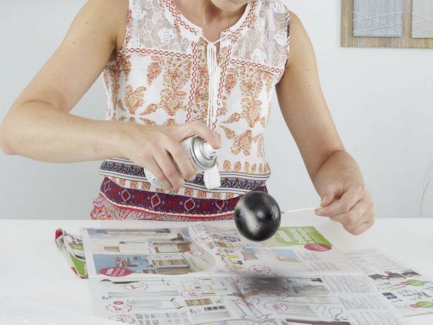 Koule ašpejle barvěte odděleně. Na jednu špejli napíchněte polystyrenovou kouli aujistěte se, že nebude padat. Špejli použijte jako držák. FOTO MÖBELIX