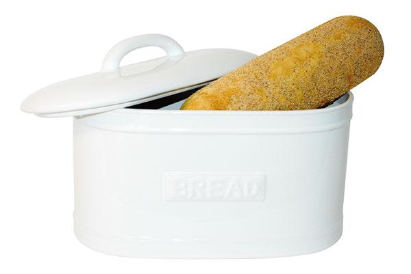 Oválný porcelánový box Bread Pure White (IB Laursen) na pečivo se díky praktickému víku hodí kzachování čerstvosti aprodloužení trvanlivosti chleba anavíc skvěle doplní romanticky laděný interiér. Cena 1 789 Kč, www.bellarose.cz.