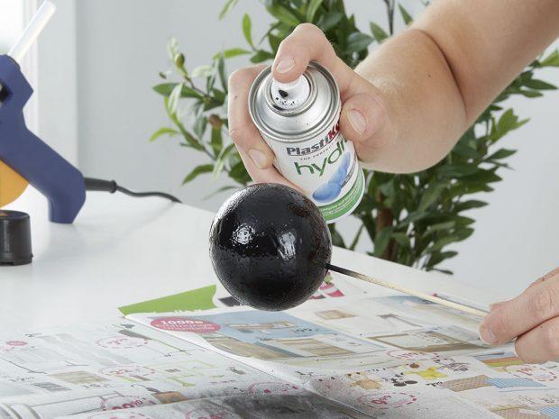 Kouli nastříkejte černou barvou ve spreji anechte vyschnout. Držák ze špejle zapíchněte do připraveného plátu polystyrenu. FOTO MÖBELIX