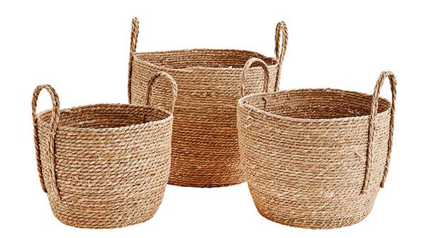 Úložný koš z mořské trávy Natural (Madam Stolz), lze použít i jako dekorativní obal na květináč, ve třech velikostech Ø od 30 do 38 cm, cena od 1 090 Kč, www.bellarose.cz