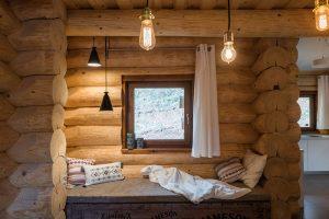 Pro sedání dřeva bývají okna adveře osazeny do stěny srubu kluzným způsobem tak, aby její konstrukce mohla dilatovat. Spoj se překrývá lištou.