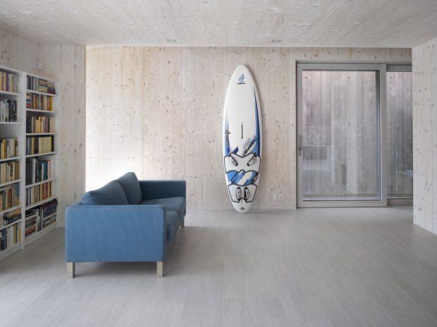 Přiznané dřevěné stěny jsou typickým rysem domů zpohledových masivních dřevěných panelů. Pro působivou atmosféru, kterou materiál vinteriéru vytváří, ikonstrukci smnoha přednostmi je tento systém hitem současných dřevostaveb. (Dům vúžině, Praha, difúzně otevřená dřevostavba zpanelů CLT Novatop, autoři Atelier SAEM, foto Filip Šlapal)