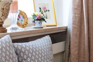 Obrázky vzdobných rámečcích, dekorativní polštáře akvětiny do romantického interiéru bezezbytku patří. Kristýna ale vyznává jednoduchost aumírněnost nejen při tvorbě květinových aranžmá, ale idoma, atak působí interiér harmonicky. FOTO FH STUDIO