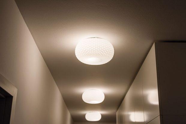 Důležité detaily. Retro lampy jsou zachráněným pokladem způvodního vybavení bytu – perfektně doplnily dnešní jednoduché zařízení předsíně. Pojistky na horních dvířkách vestavěné skříně zabezpečují, aby se žádná zlamp nerozbila při neopatrném otevírání. FOTO NORA AJAKUB ČAPRNKA