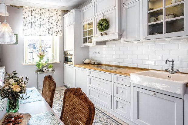 Kuchyň si nechali majitelé vyrobit zmasivního dřeva na míru. Zbytek nábytku je zrenovovaný aslouží skvěle dál. FOTO FH STUDIO