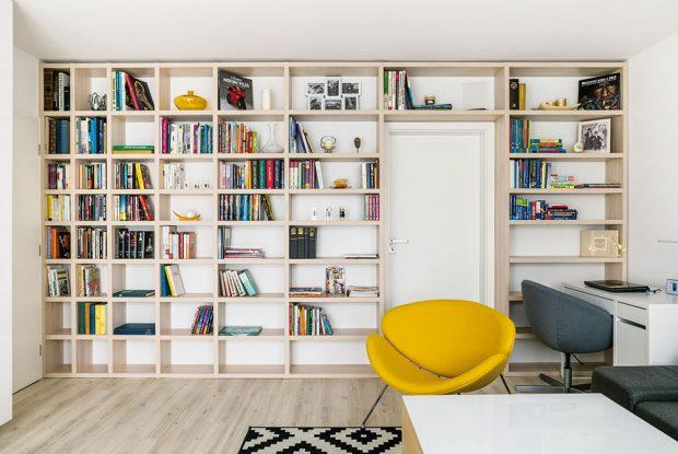 Odkládací prostory byly sice funkčním požadavkem, architekt je však navrhl tak, aby byly zároveň ipříjemným estetickým prvkem interiéru. FOTO NORA AJAKUB ČAPRNKA