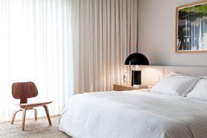 Ložnice koresponduje se zbytkem zařízení bytu. Jednoduchá, elegantní, praktická, apřesto dostatečně útulná. FOTO RUI TEIXEIRA