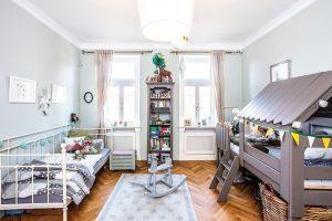 Dětský pokoj, kde má dítě svou skrýš amůže si vylézt idoma do vlastní pozorovatelny, je nutně snem každého kluka. Izde je nábytek zdruhé ruky ašikovně renovovaný. FOTO FH STUDIO