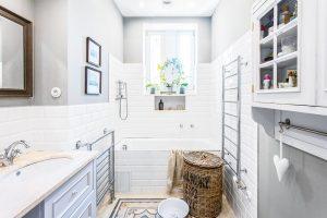 Vkoupelně nebylo příliš místa amajitelé si nemohli dovolit volně stojící vanu typickou pro romantické koupelny. Itak je ale koupelna povedená aveskrze praktická. FOTO FH STUDIO