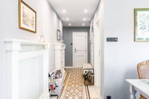 Italská dlažba je použita na podlaze vkoupelně, vkuchyni ivchodbě aopticky spojuje prostor. FOTO FH STUDIO