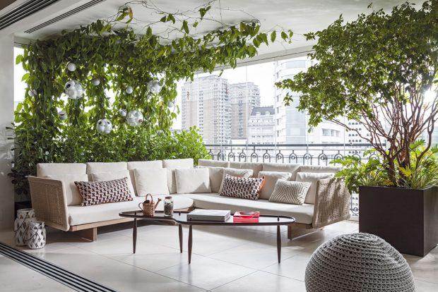 Stejně jako uvnitř bytu je inábytek na terase vybírán vminimalistickém stylu, který odolá módním trendům anechá vyniknout umění arostlinám. FOTO RUI TEIXEIRA