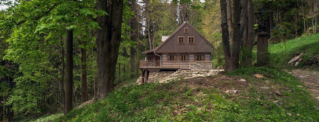Chalupu napadenou dřevomorkou museli zbourat a postavit ji znovu. Výsledek stojí za to!