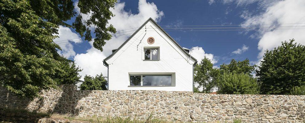 Venkovské bydlení plné slunce a pohody: Co se stane, když část střechy otevřete slunci?