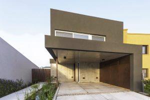 Rekonstrukce domu v moderním industriálním stylu udělala ze slabých stránek silné