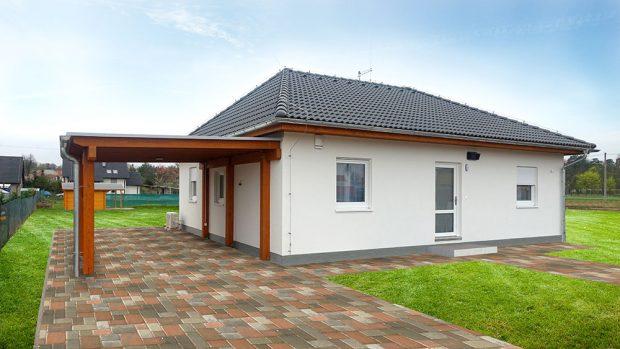 Rychlá výstavba je asi nejvýraznější předností systému zprefabrikovaných dřevěných panelů. Tento systém je nejčastější volbou pro stavbu domu typu bungalov avýstavba se dá zvládnout isvépomocí. (FOTO RD Rýmařov)