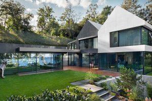 Návrh architektů studia Arch-Deco je založený na interakci prvků sedlových a plochých střech s venkovními terasami. foto: Arch-Deco/Andrezej Łopata