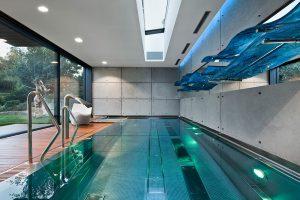 Vnitřní bazén s atmosférou venkovního koupání: Posuvné systémy Schüco propojují bazén s terasou. Vše je pro maximální pohodlí ovládáno automaticky díky systému Schüco e-slide s elektrickým pohonem. foto: Arch-Deco/Andrezej Łopata