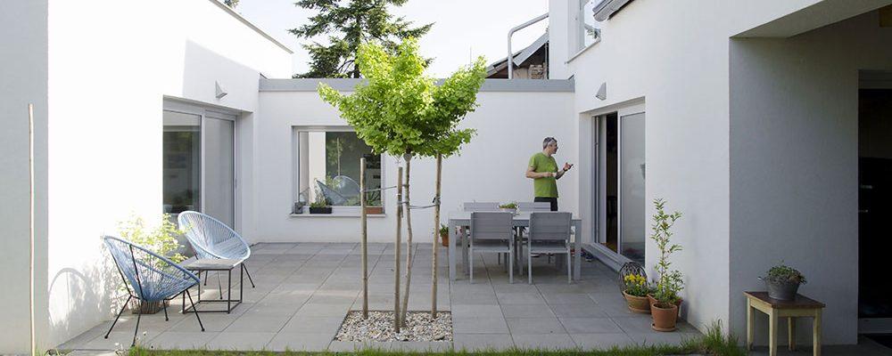 Rodinný dům s podjezdem: Z ulice nenápadný, v soukromí fascinující!
