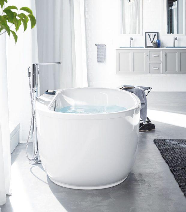 VANA SUNSTRUCK od značky Kohler vsobě kombinuje luxus apraktičnost. Oválný ergonomický design přispívá kpocitu pohody arelaxace. Prodává www.koupelny-ptacek.cz