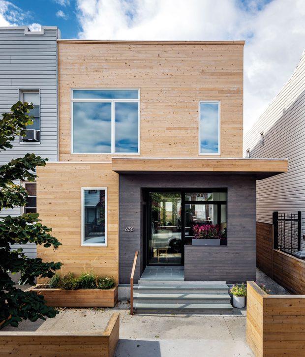 Optimalizovaný objem budovy azměna fasády významně přispěly ktomu, že dům na konci ulice vyčnívá zřady. FOTO FRANCIS DZIKOWSKI
