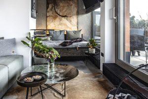 """Styl interiéru předurčuje pohledový beton na podlaze apatinovaná výmalba na stěnách. Na nich se pak vyjímají obrazy, kterých má majitel řadu, například od akademického malíře Zbyňka Novotného, jako je ten pověšený nad televizní """"zašívárnou"""" – postelí, která slouží jako pohovka pro sledování televize. FOTO JH STUDIO"""
