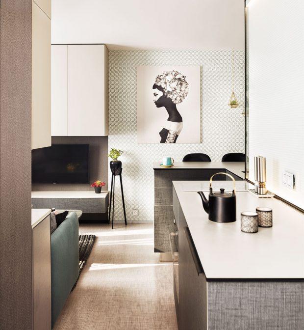Majitelka bytu a zároveň autorka interiéru se chtěla vyhnout podle ní příliš často používané kombinaci dřeva a bílé barvy a zvolila kombinaci několika vzorů a materiálů. FOTO MARTIN FLORIAN