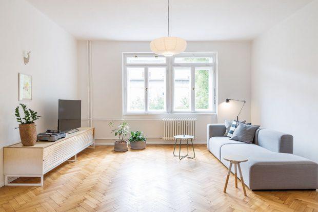 Obývací pokoj je zařízen úsporně, ale velmi funkčně. Základem je minimalistická pohovka vneutrální šedé barvě, subtilní odkládací stolky atelevizní skříňka sperforovanými dvířky. FOTO JURAJ STAROVECKÝ