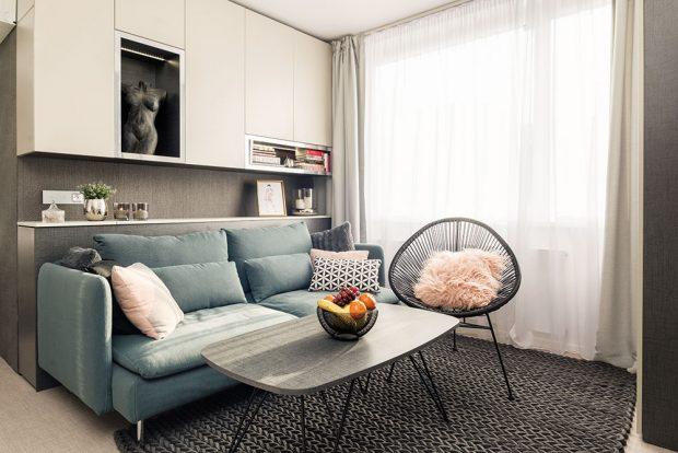 Šedý základ interiéru je doplněn pastelovými tóny, mezi nimiž nechybí ani růžová nebo sametově šedozelená. FOTO MARTIN FLORIAN