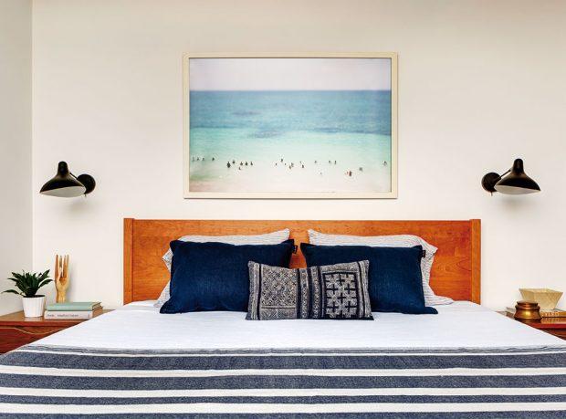Dřevo je vdomě oblíbeným materiálem, atak se majitelé rozhodli pro velkou dřevěnou postel. FOTO FRANCIS DZIKOWSKI