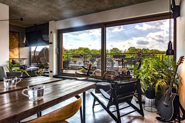 Nepříliš velký prostor bytu rozšiřuje upravená terasa, zníž je krásný pohled do zeleně. Kovové plastiky jsou dílem Ondřeje Olivy. FOTO JH STUDIO