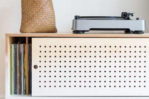 Kretro stylu patří neodmyslitelně gramofon asbírka elpíček, která potřebovala vlastní místo. Dlouhou skříňku sperforovanými posuvnými dvířky zpřekližky vyrobil truhlář Ľubomír Špilák. FOTO JURAJ STAROVECKÝ