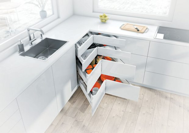 ROHOVÉ ZÁSUVKY ajiné praktické detaily jsou součástí kuchyně svyhovující ergonomií ačasto iuspoří hodně prostoru. www.blum.cz