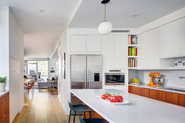 Pojmout kuchyni takto velkoryse umožnilo rozšíření přístavby. Zásahy do hmoty domu však prostoru prospěly nejen vkuchyni. FOTO FRANCIS DZIKOWSKI